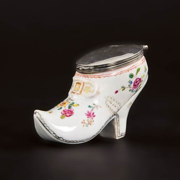 chinese export porcelain famille rose shoe-form snuff box