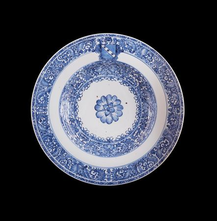 Chinese armorial porcelain blue and white charger with the arms of Ginori