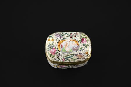 Canton painted enamel erotic subject snuff box (adults view only)