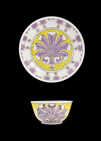 chinese export porcelain teabolw and saucer, 'pronk' palmette design