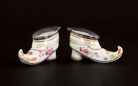pair of chinese export porcleian famille rose shoe-form snuff boxes