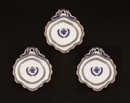 three chinese export porcelain shell-form dishes