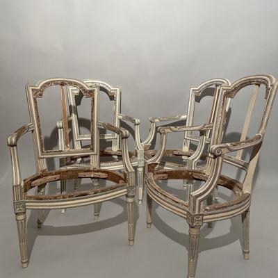 Ensemble de cinq fauteuils laqués crème et rechampis estampillés CIYM