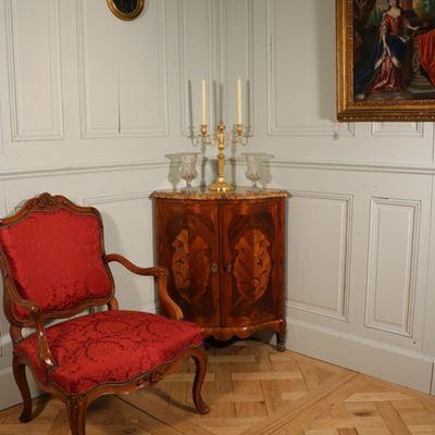 Encoignure estampillée Carel 1740-1750 bois de violette bois de rose et satiné