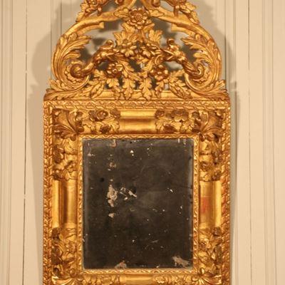 Miroir en bois doré sculpté de fleurs