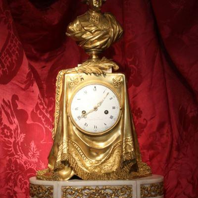 Très rare pendule en bronze doré et ciselé à la « palme du souvenir »