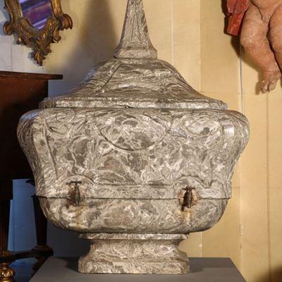 Fontaine en marbre gris des Pyrénées