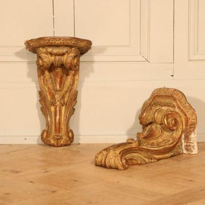Paire de consoles murales en bois doré de style Régence
