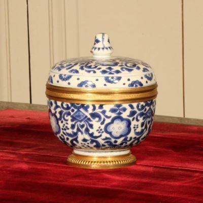 Pot couvert en porcelaine bleue et blanche montée d'époque Régence