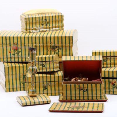 Ensemble de huit boîtes de Spa, deux vides poches et un bougeoir