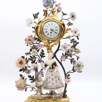 Une exceptionnelle pendule une bergère accompagnée d'un chérubin en porcelaine de Meissen