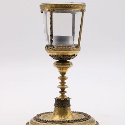 Reliquaire en bronze doré gravé
