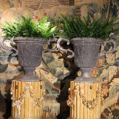 Paire de vases de forme Médicis en plomb