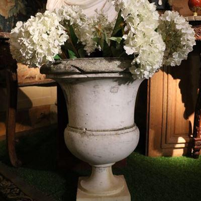 Paire de vases de forme Médicis en marbre