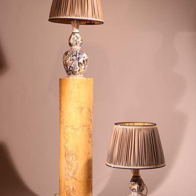 Paire de vases montés en lampes en faïence de Delft polychrome