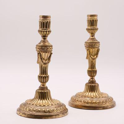 Paire de bougeoirs en bronze doré et ciselé