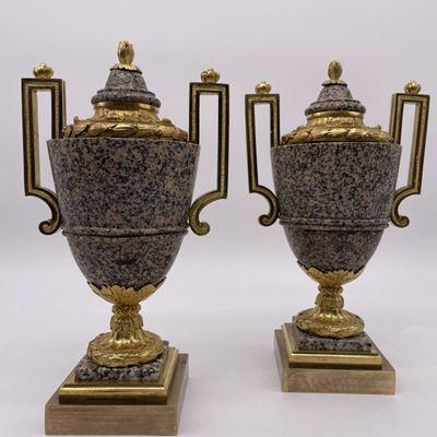 Paire de vases à l'antique en granite et en bronze doré.