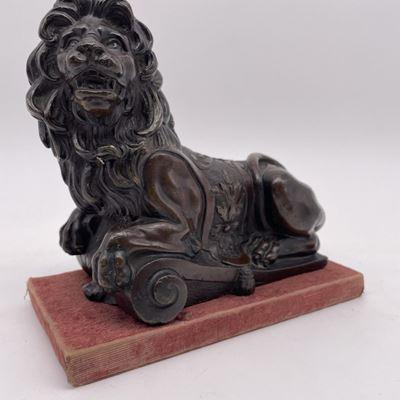 Lion couché en bronze patiné