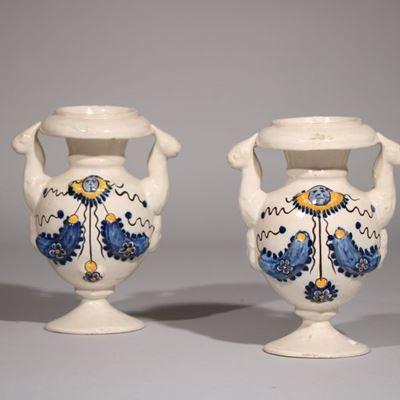Paire de vases d'autel en faïence