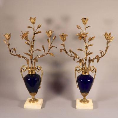Paire de candélabres, verre bleu, bronze doré, marbre de Carrare, époque Louis XVI.