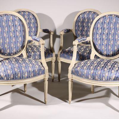 Suite de quatre fauteuils à dossier médaillon en hêtre mouluré et sculpté laqué gris