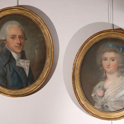 Paire de pastels en forme de médaillon représentant un couple