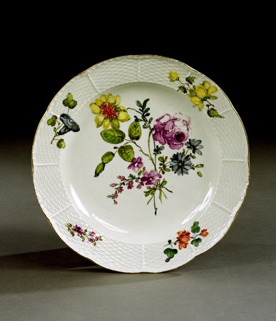 A SET OF SIXTEEN MEISSEN DINNER PLATES