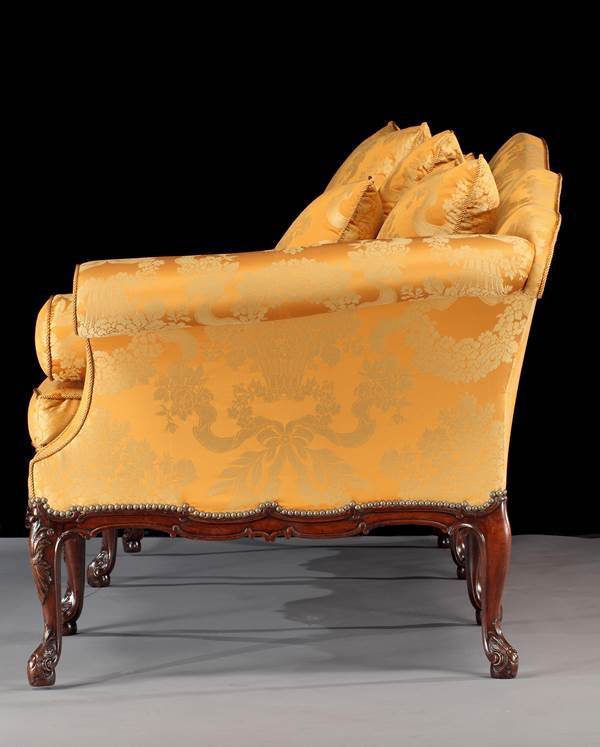 A GEORGE II MAHOGANY THREE SEATER SETTEE ATTRIBUTED TO WRIGHT AND ELWICK