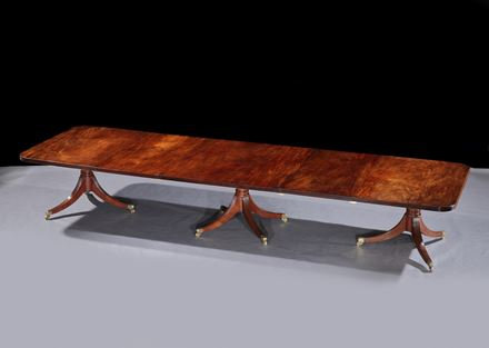 AN IRISH GEORGE III MAHOGANY THREE PILLAR DINING TABLE ATTRIBUTED TO WILLIAMS & GIBTON
