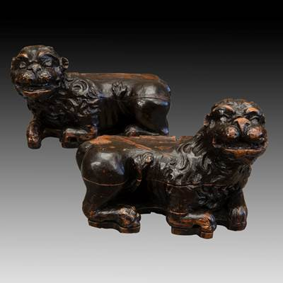 A pair of wood lions, former support of credenza, Italy, 17th century
